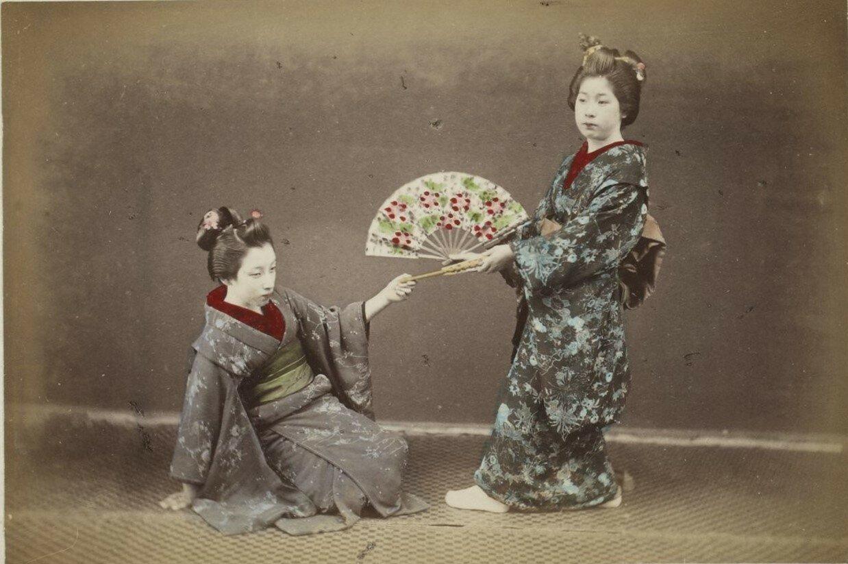Две гейши с веером