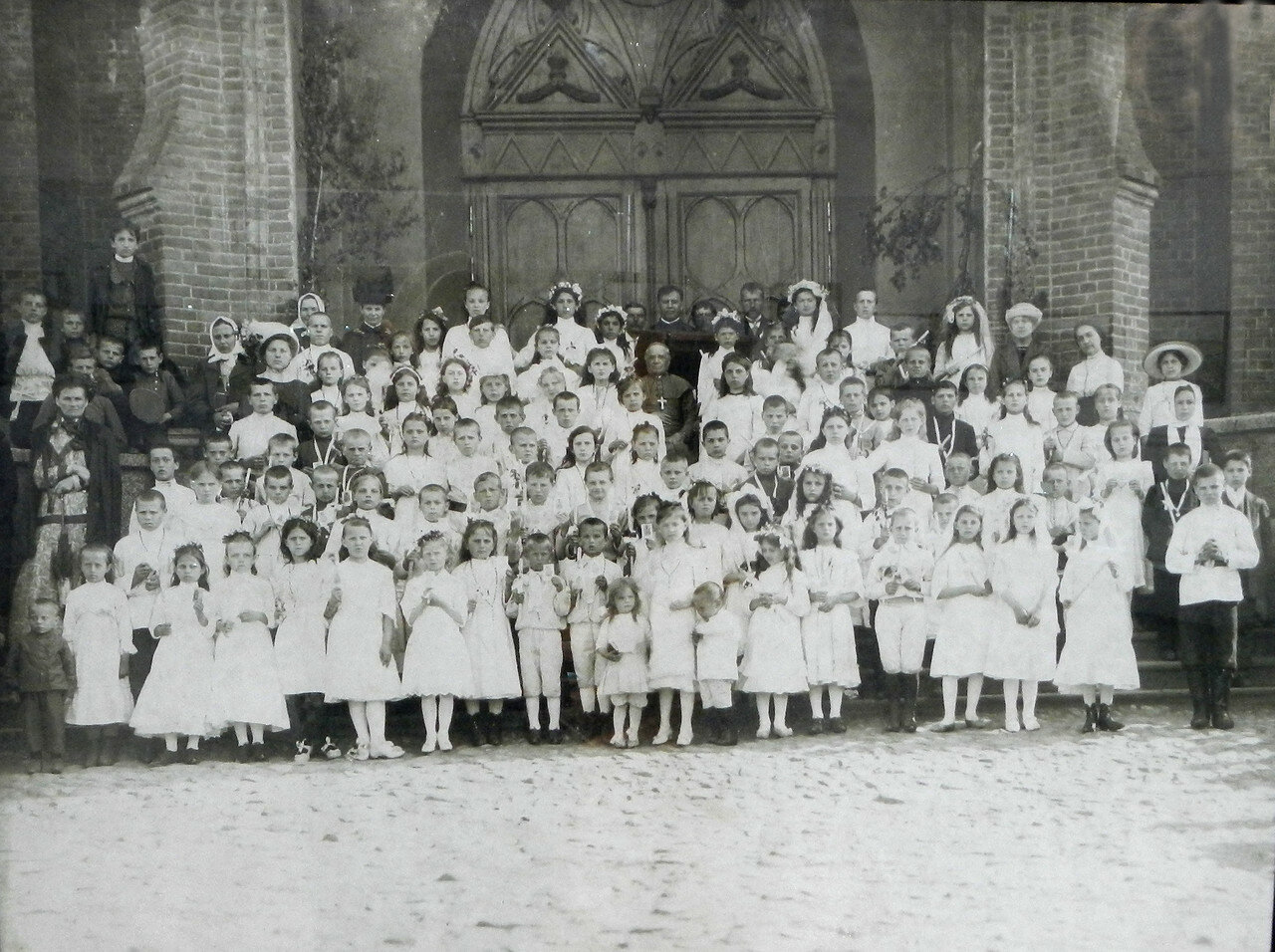 У дверей костела. 1900-е.