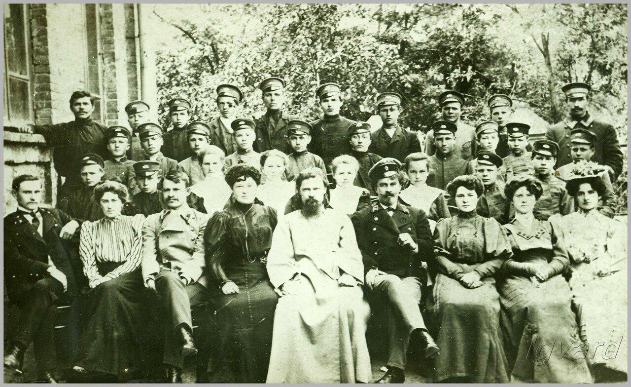 Преподаватели и учащиеся двухклассного железнодорожного училища. 1907