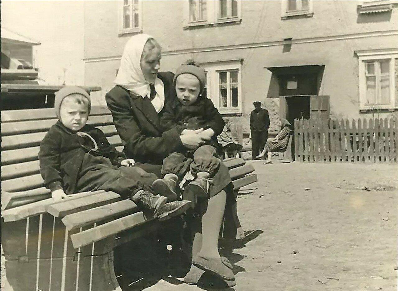 1958. Внутренний двор домов №2 и №4 по улице Полевой