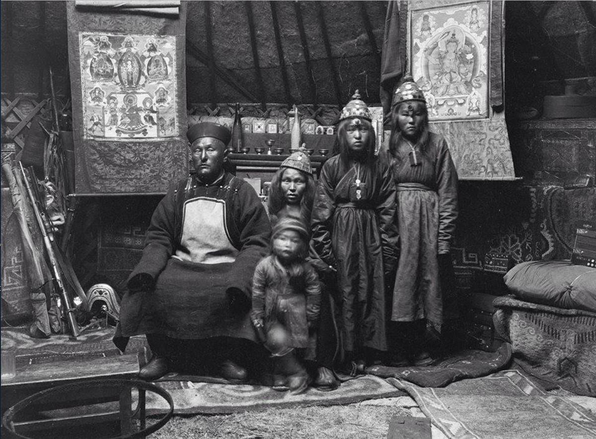 Калмык Насумбат с семьей в юрте