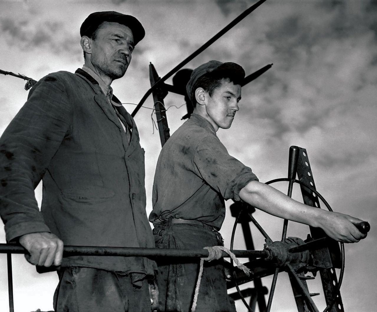 Совхоз «Новый Урал». Отделение «Правда». Отец и сын Богдановы на комбайне (1955)