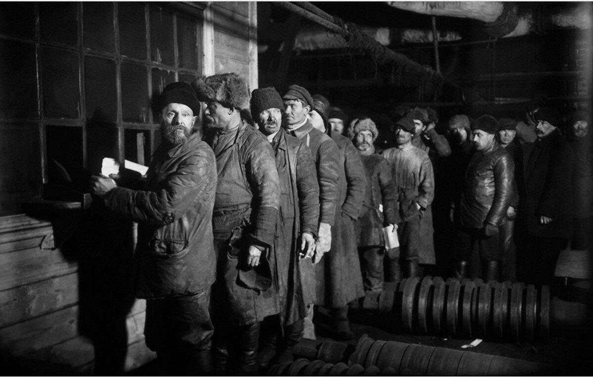 1926. Завод «Красный путиловец». Очередь за зарплатой