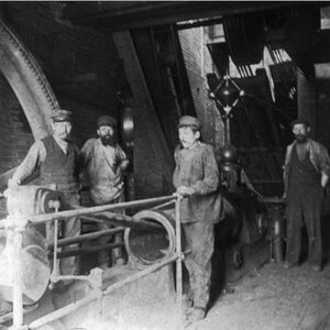 Рабочие в цеху