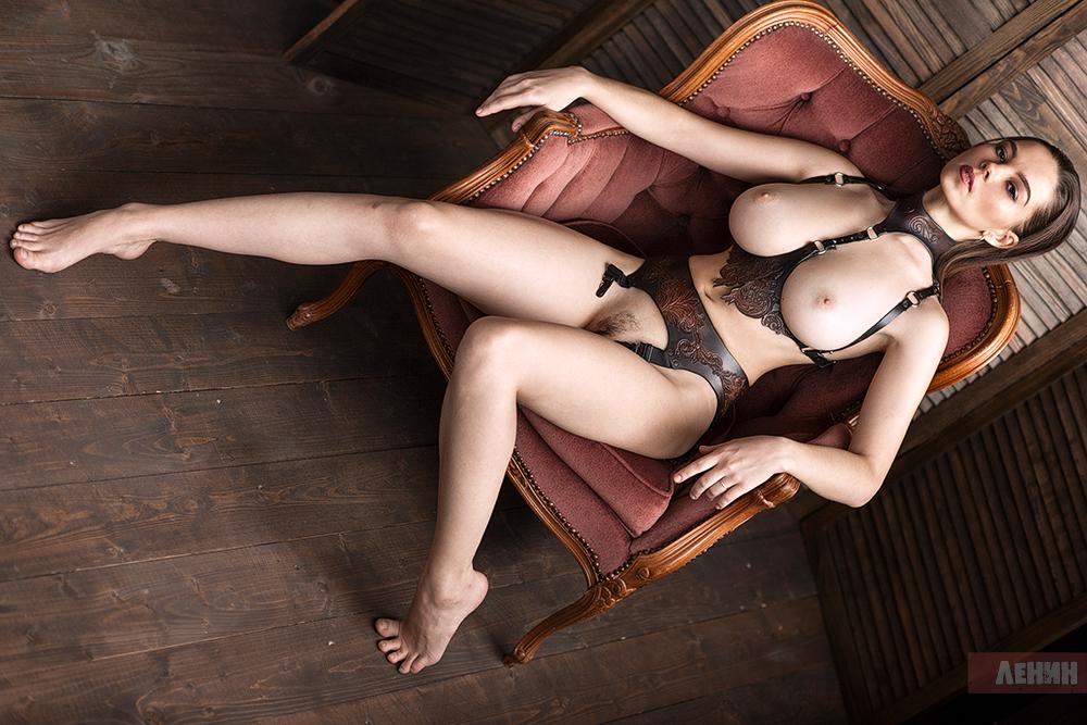 Портупея / фото Сергей ЛЕНИН / модель Ксюша Егорова