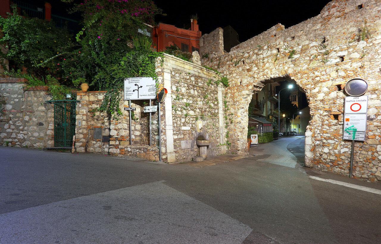 Ночная Таормина. Арка капуцинов (Arco dei Cappuccini), HDR, extremal colors
