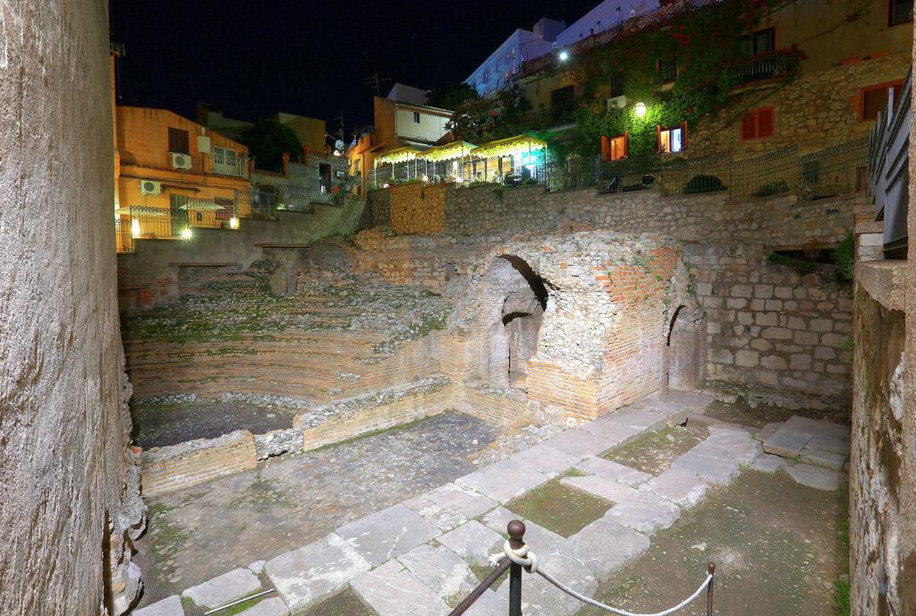 Ночная Таормина. Руины римского театра Одеон (Teatre Odeon). HDR, extremal colors