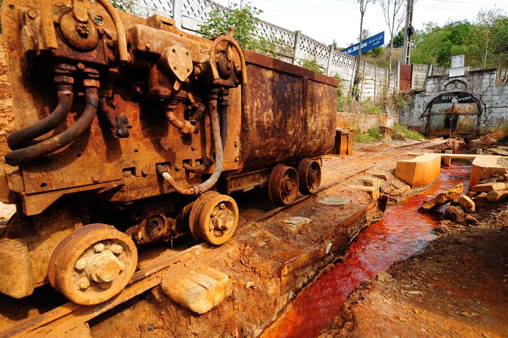 5. Загрязненная вода течет из заброшенного золотого рудника в Росиа Монтана, Румыния, 20 сентября 20