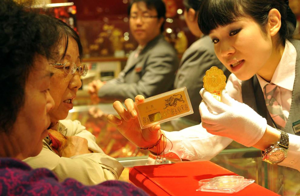 27. Консультант продает золотые слитки в магазине золота в Пекине, 26 октября, 2011. (STR/AFP/Getty