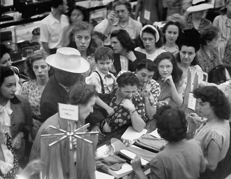 18. 1947 год. Покупательницы у прилавка.
