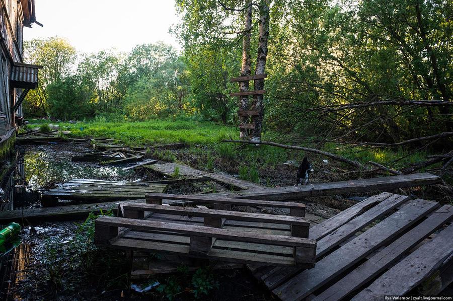 6. Жители вынуждены поднимать свои самодельные тротуары всё выше. Весной уровень воды поднимается, и