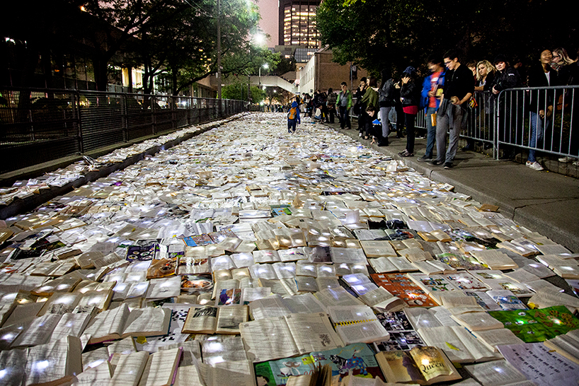 В Торонто разлилась река из книг (12 фото)