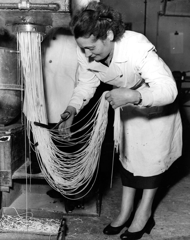 Зельда Альбано нарезает спагетти на фабрике в Холлоуэе, Лондон, 1955 год.