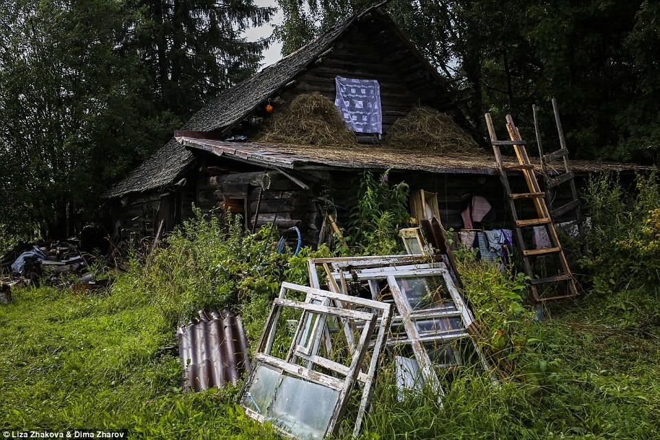 Саша пытается восстановить свой дом, который разваливается в почти заброшенной деревне Еляково Фотог