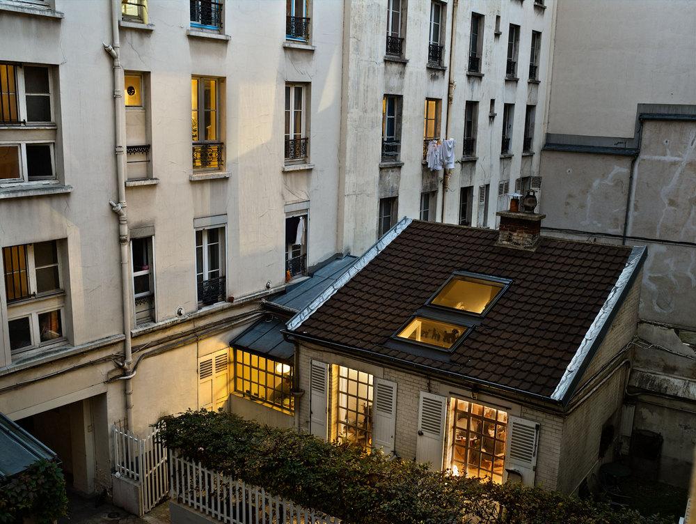 можно фото парижских мансард собака