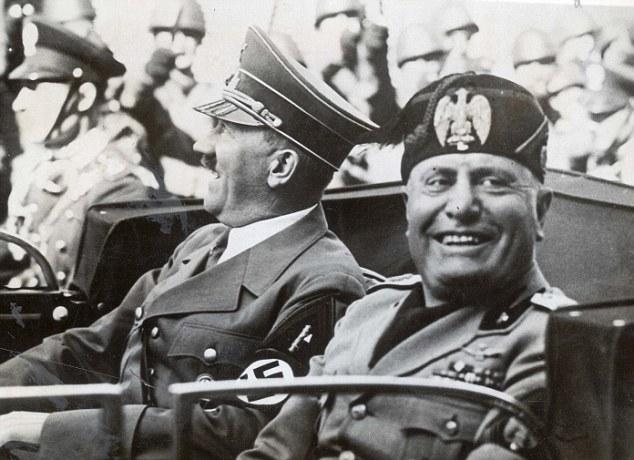 Бенито Муссолини и Адольф Гитлер едут в машине по улицам Флоренции. Несмотря на это, Муссолини обращ