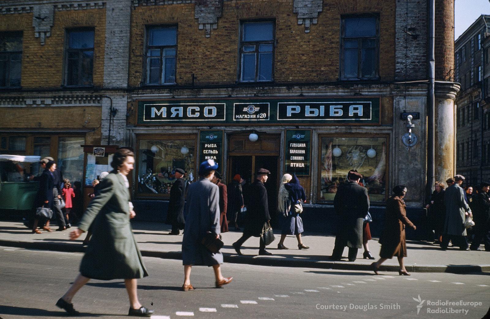 Перекресток в центре Москвы. Позднее это здание снесут.