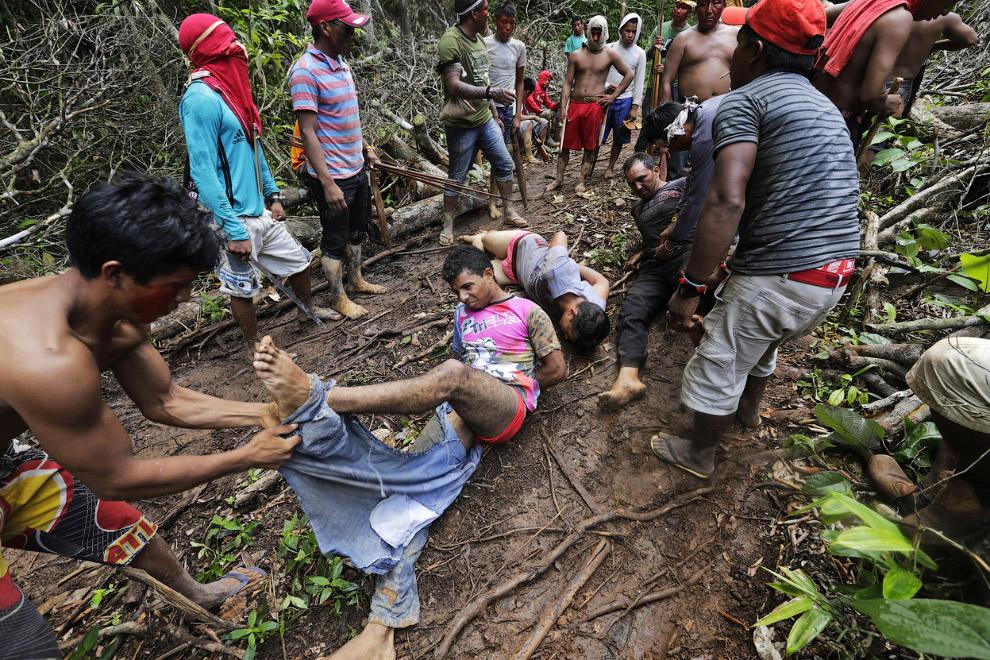 14. …и в таком виде отпускают. Похоже, колотят палками не всех. (Фото Reuters | Lunae Parracho)