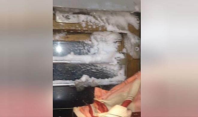 Впоезде «Москва-Одесса» людям наголову падает снег