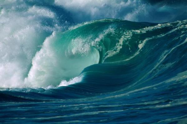 Навидео угодила яхта, которую внушительная волна выбросила напирс