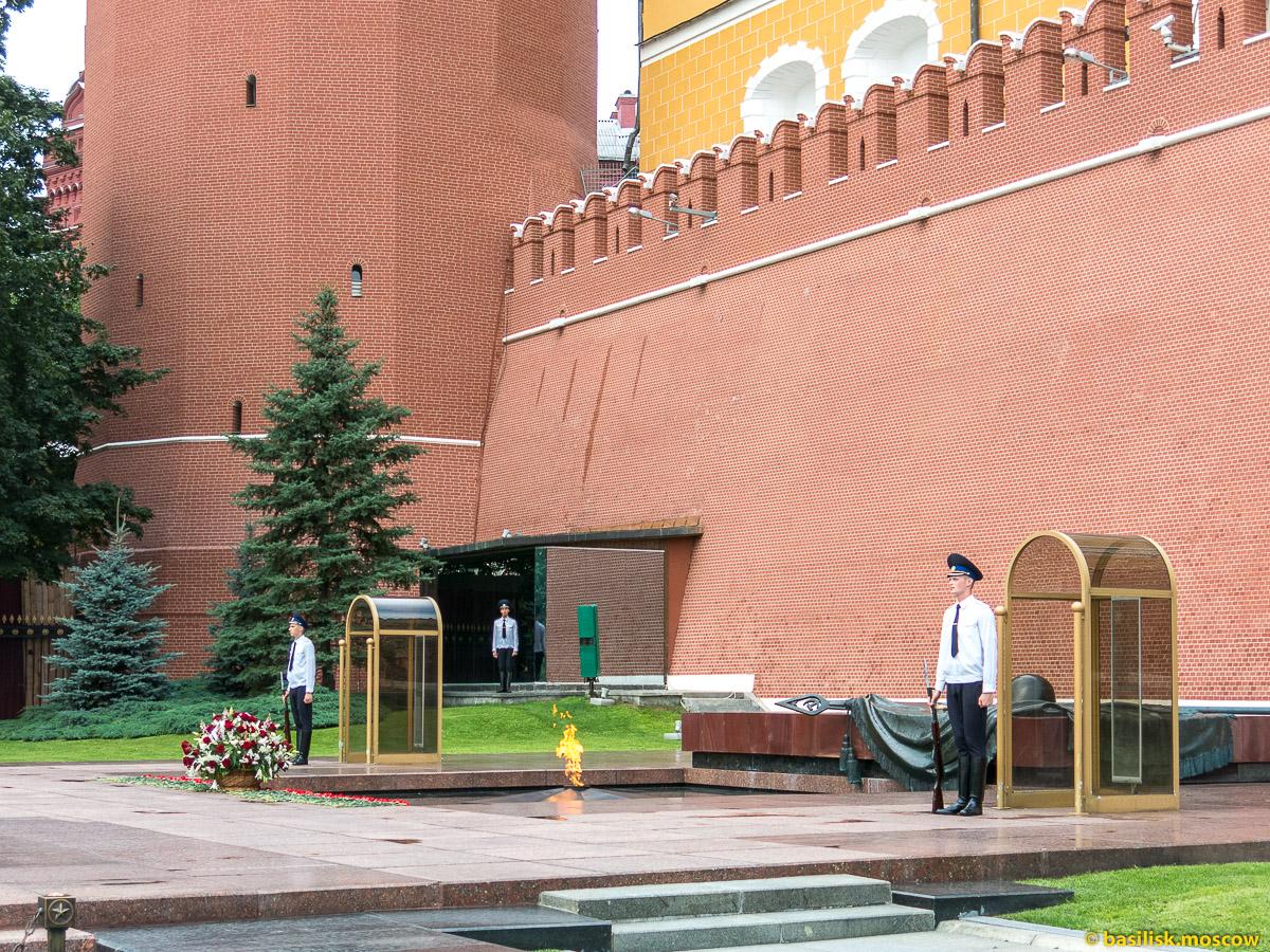 Вечный огонь и могила Неизвестного солдата в Александровском саду. Июль 2016