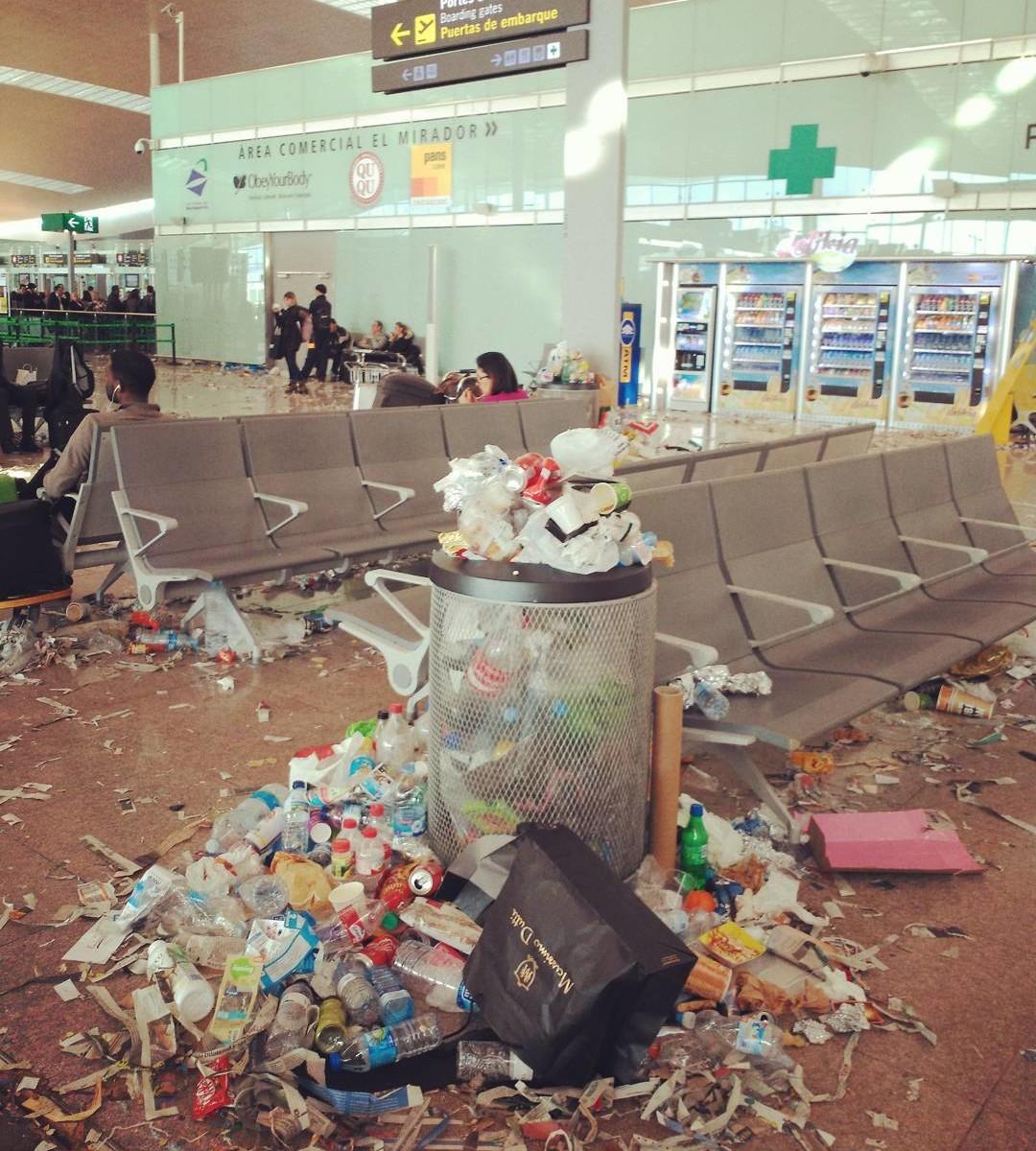 Забастовка мусорщиков в аэропорту Эль Прат (Испания)