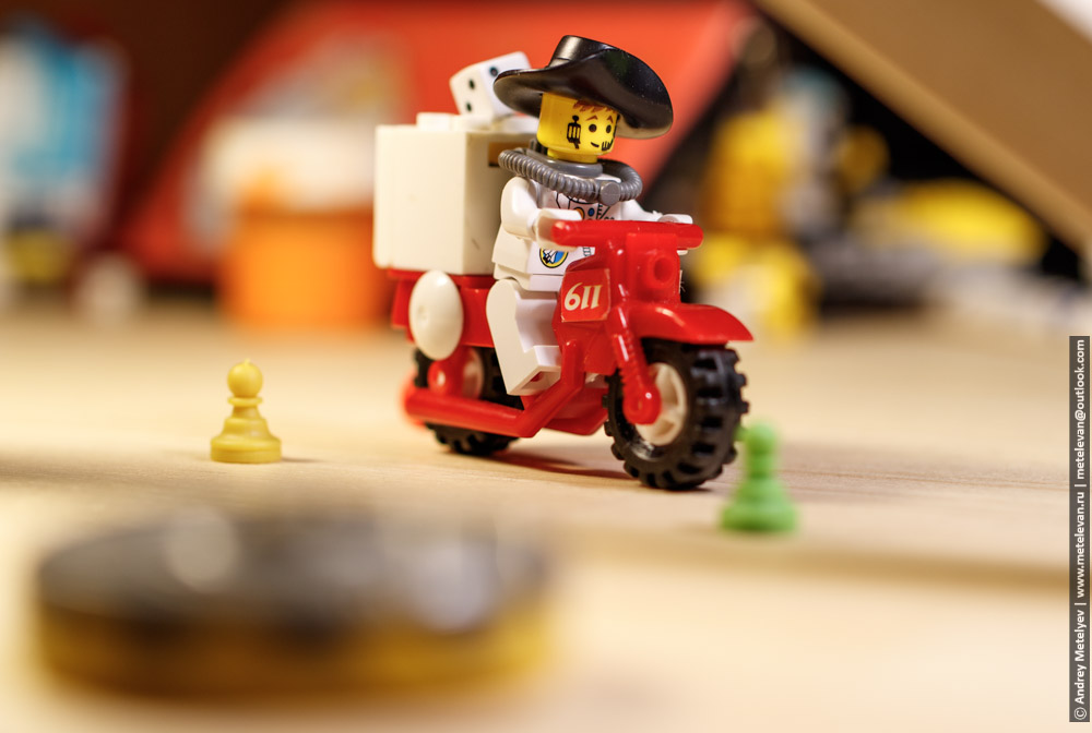 человечек лего едет на мотоцикле
