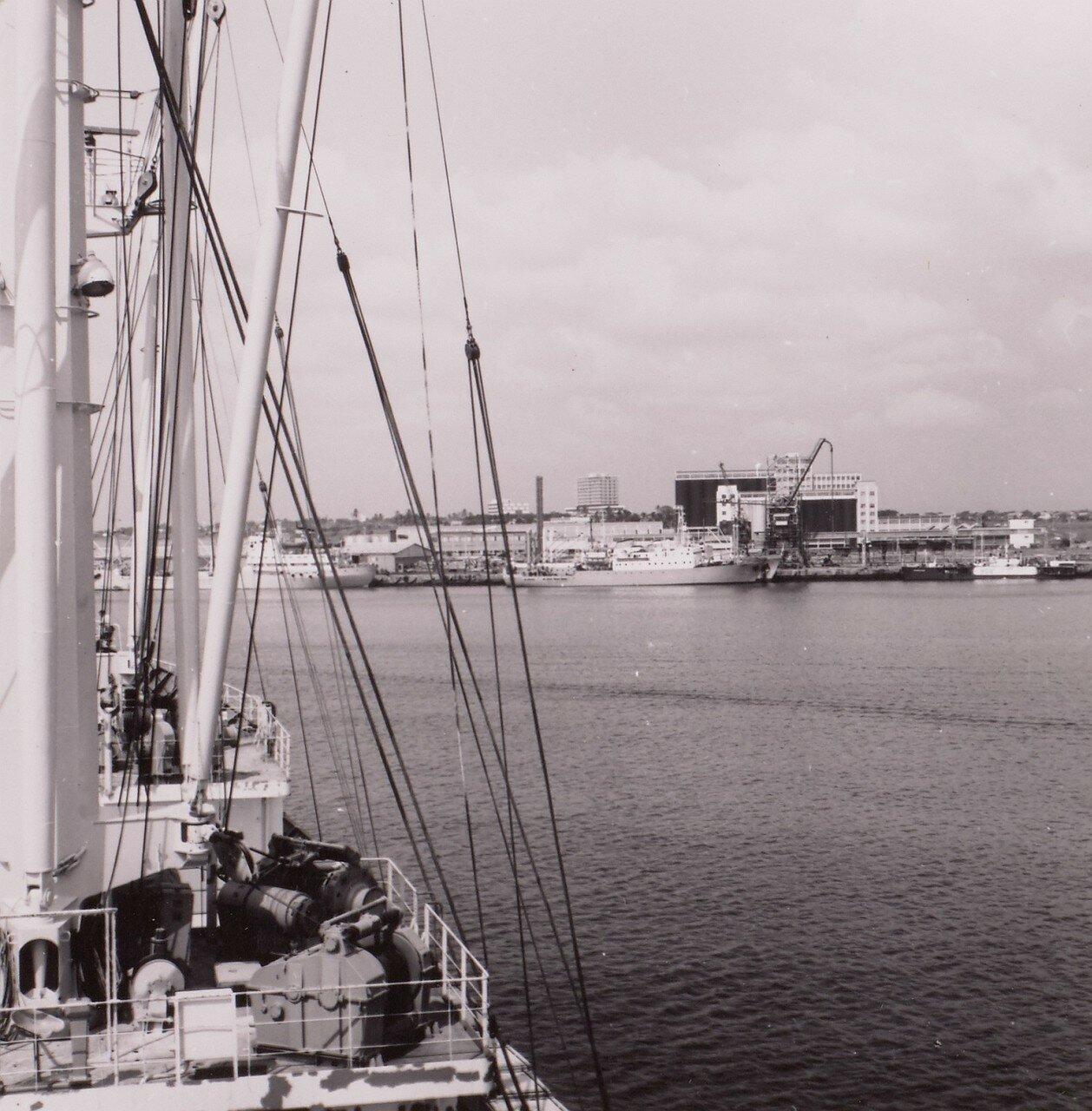 Гана. Тема. Вид порта и городских небоскребов с борта судна