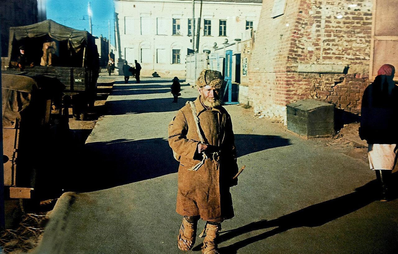 1941. Смоленский крестьянин на площади Смирнова