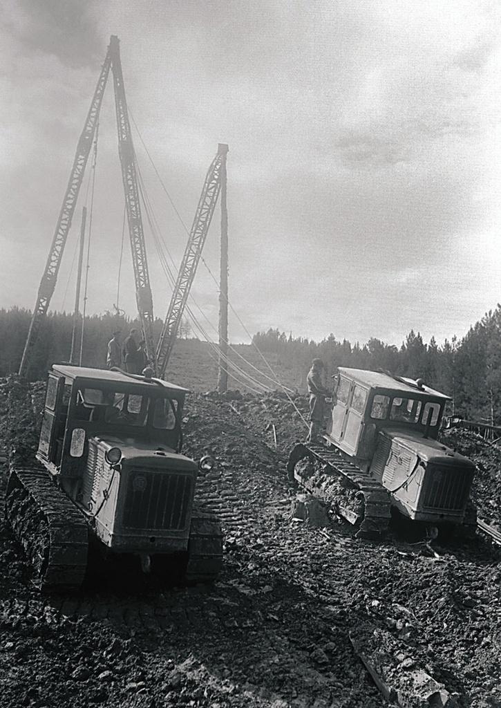 ЛЭП Куйбышев—Челябинск. Подготовка к подъему опоры (1957)