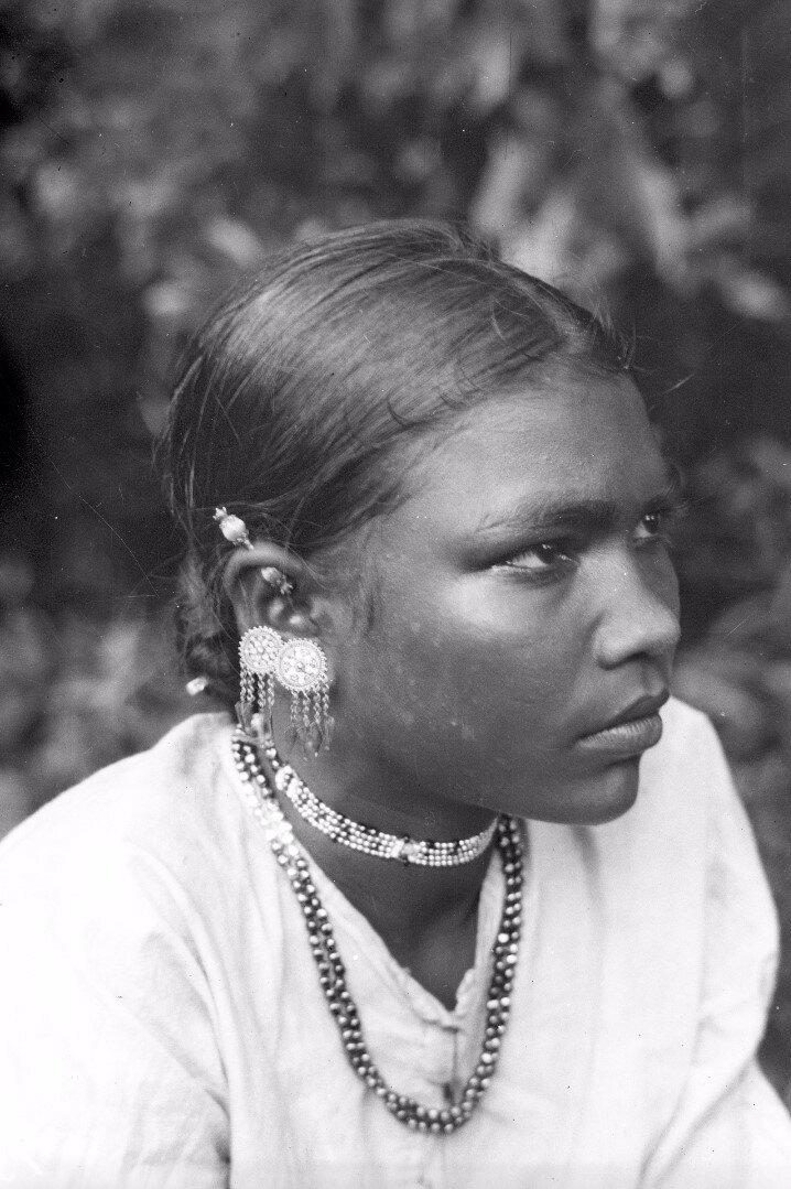 140. Сингалка с традиционными ювелирными украшениями