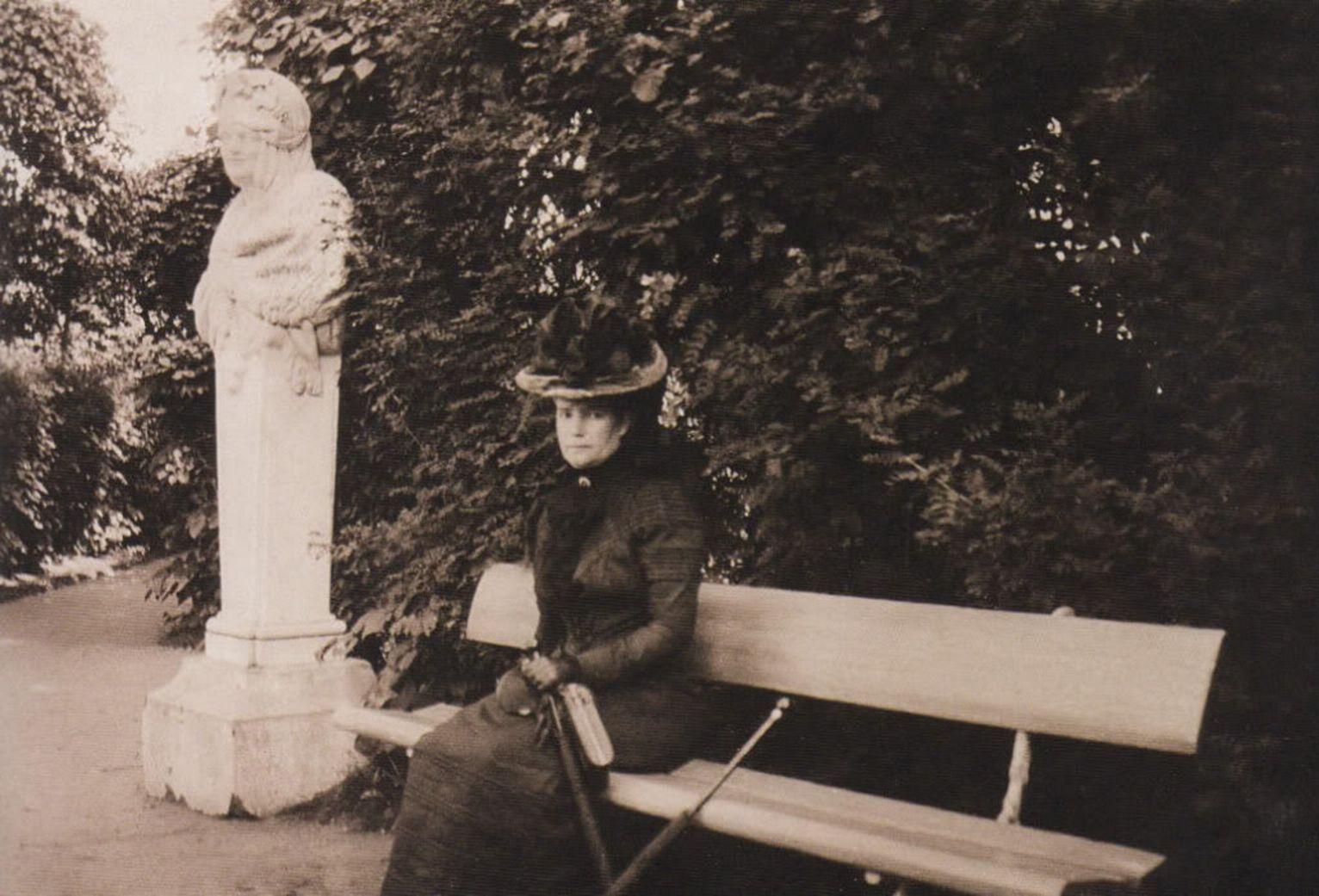 Вдовствующая императрица Мария Федоровна на скамейке в собственном саду, 1900