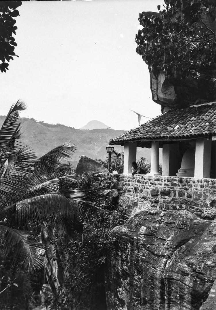 424. Женщина смотрит из храма вниз по склону