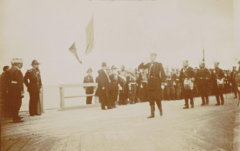 Император Николай II в присутствии президента Французской республики Феликса Фора и сопровождающих лиц приветствует чинов Гвардейского экипажа