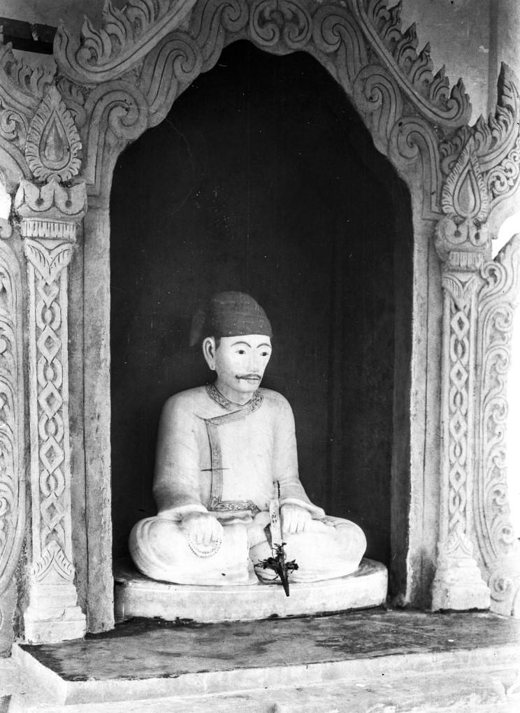 924. Гробница со статуей древнего «саопа» (местного правителя)