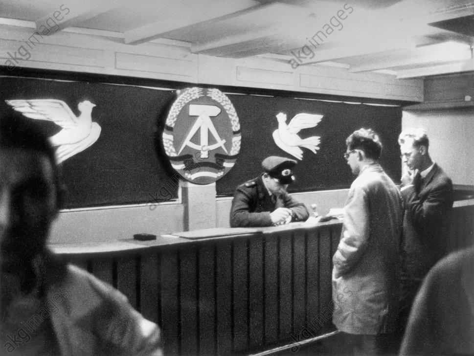Berlin,PaЯkontrolle FriedrichstraЯe/Foto - Passport control / East Berlin / 1961 -