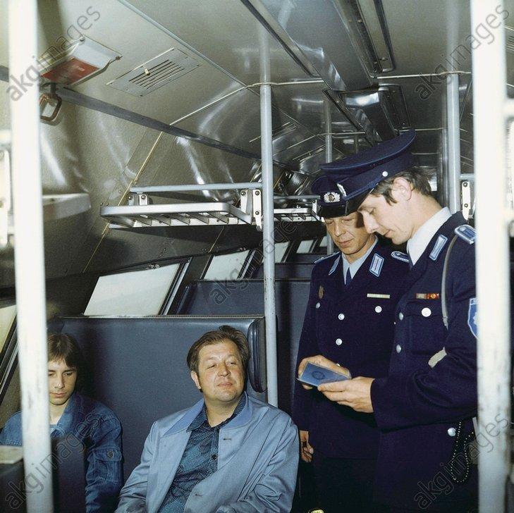 DDR-Transportpolizei bei Kontrolle/Foto - -