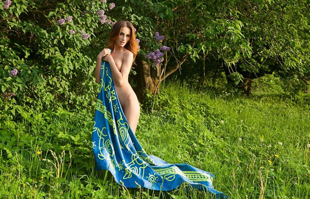 Обнаженная Rena на природе