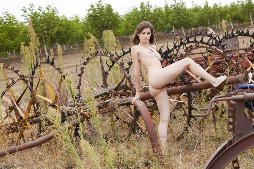 Klarys Mulligan разделась в сельской местности