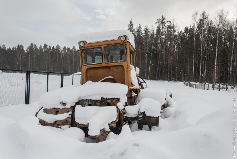 строительная техника под снегом