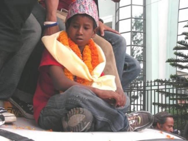 Этот отважный мальчик спас двухлетнюю девочку, упавшую в 20-метровую трещину в скале. Как она туда п