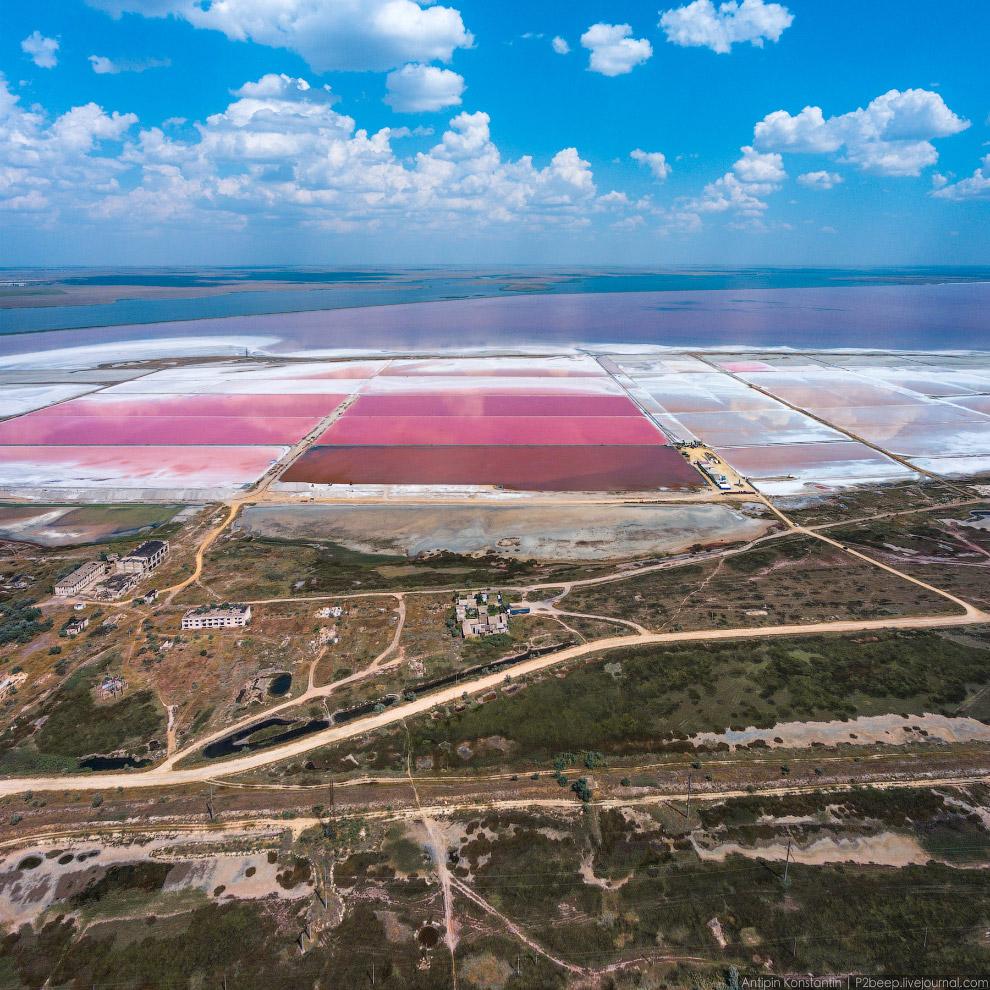 2. На горизонте — Сакское озеро, которое питает бассейны водой.