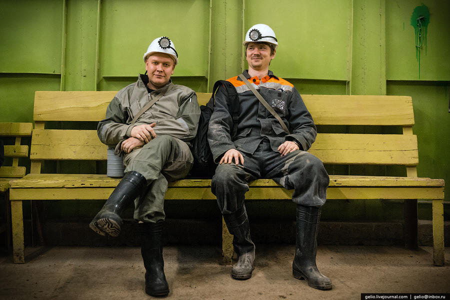 32. Работа на руднике ведется днями и ночами без выходных. Праздников всего два — Новый год и день Ш
