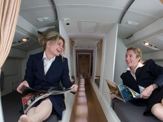 © Boeing  Надальних рейсах члены экипажа могут работать до16часов. Чтобы бортпроводники мог