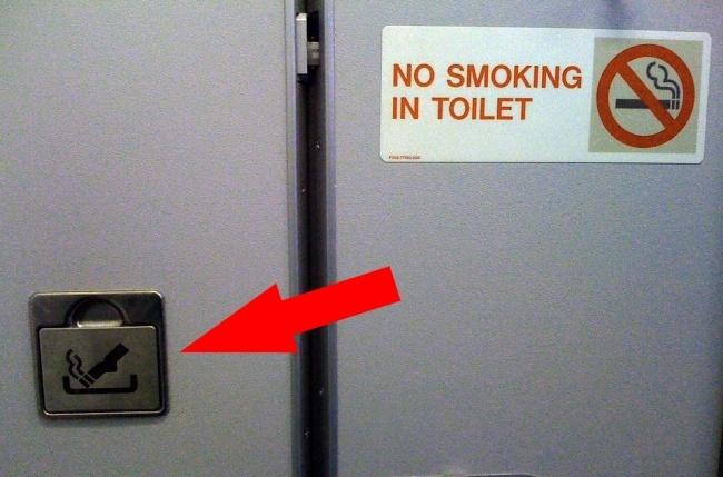 © flickr  Курение наборту самолета строго запрещено, новкаждом туалете есть пепельницы. Зач