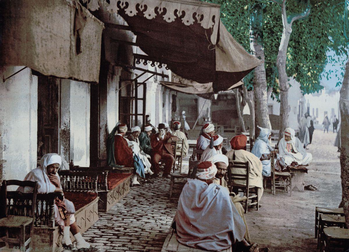Возле мавританского кафе.