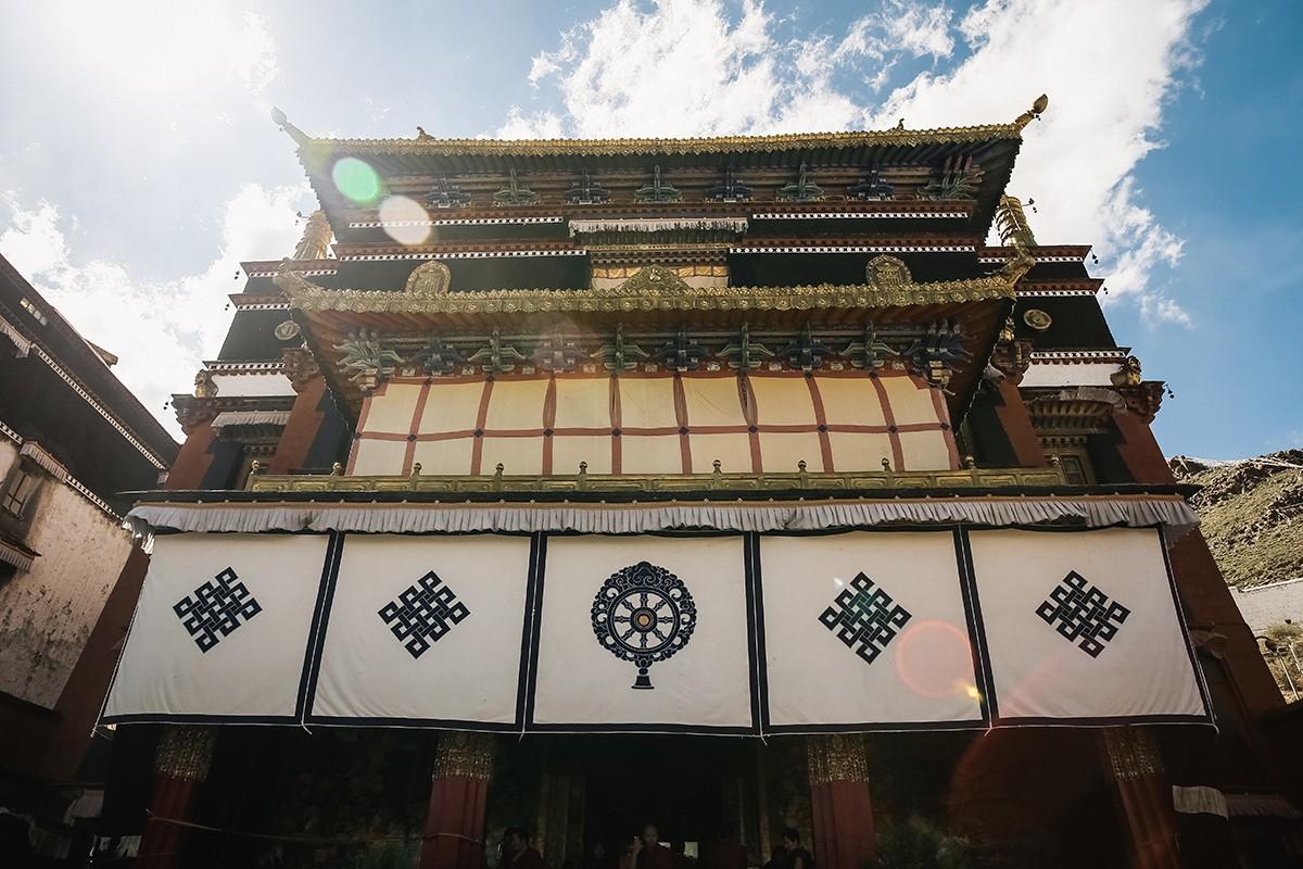 25. В центральном храме, помимо ступ Панчен-лам, можно увидеть самую большую статую Будды Майтреи. Е