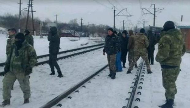 Блокада Донбасса: появились видео стычек активистов и милиции