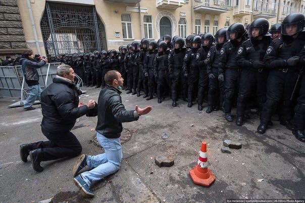 Белорусы на коленях просят президента поднять курс доллара в три раза и увеличить тарифы в 8 раз