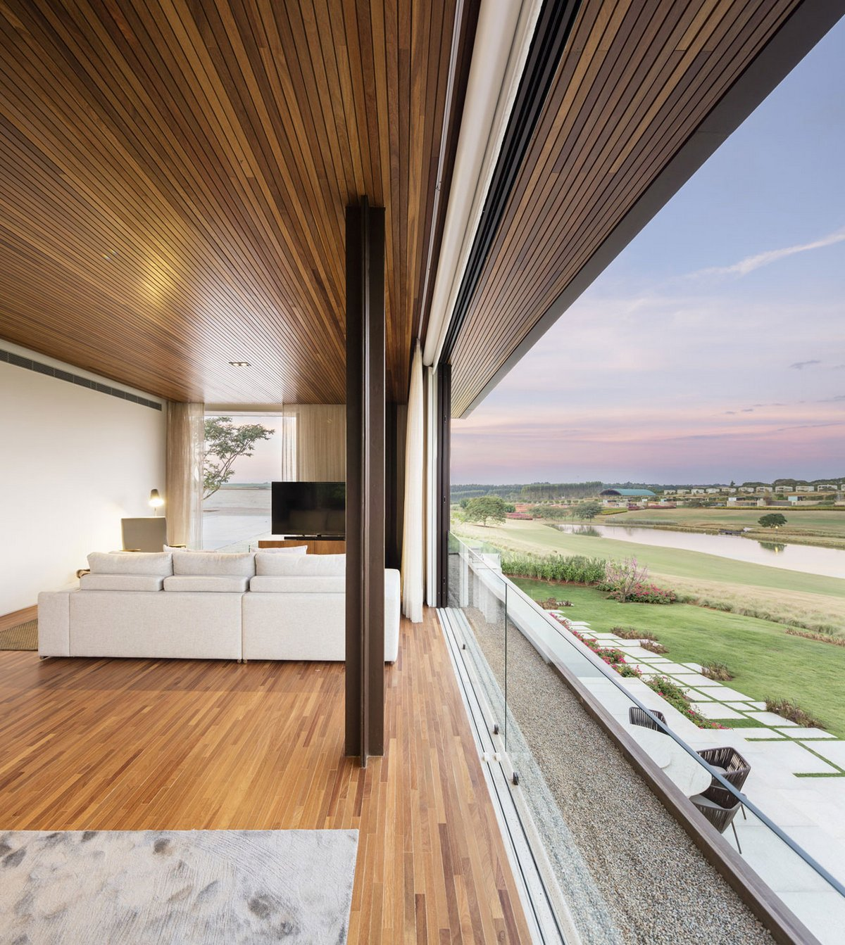 Деревянная отделка потолка частного дома